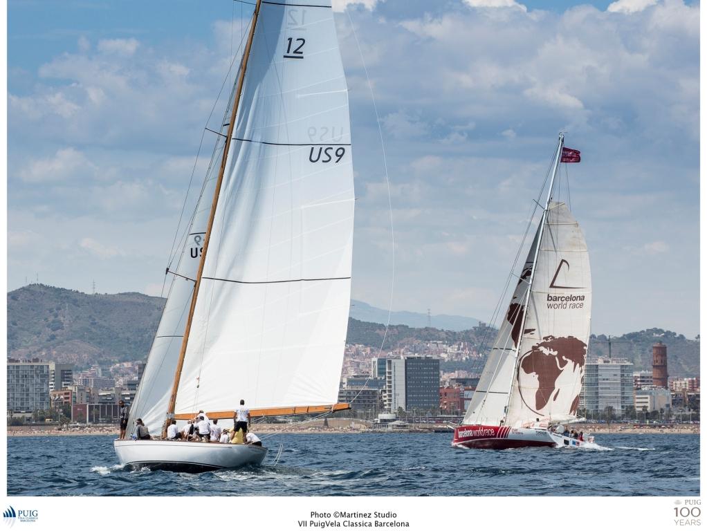 Un velero 12 metros y un Imoca 60 surcando las aguas barcelonesas
